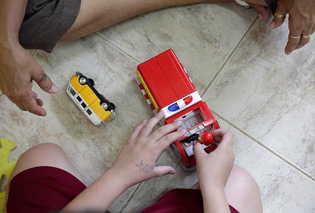Сеанс терапии в школе для детей с аутизмом на Кубе Фото: Enrique De La Osa / Reuters