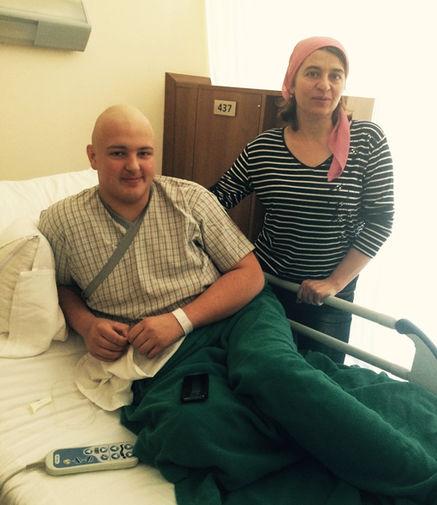 Максим и его мама в палате госпиталя «Фортис»
