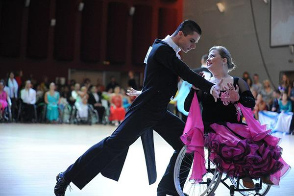 В танцах не чувствуется разницы между партнерами. Фото: из архива ансамбля