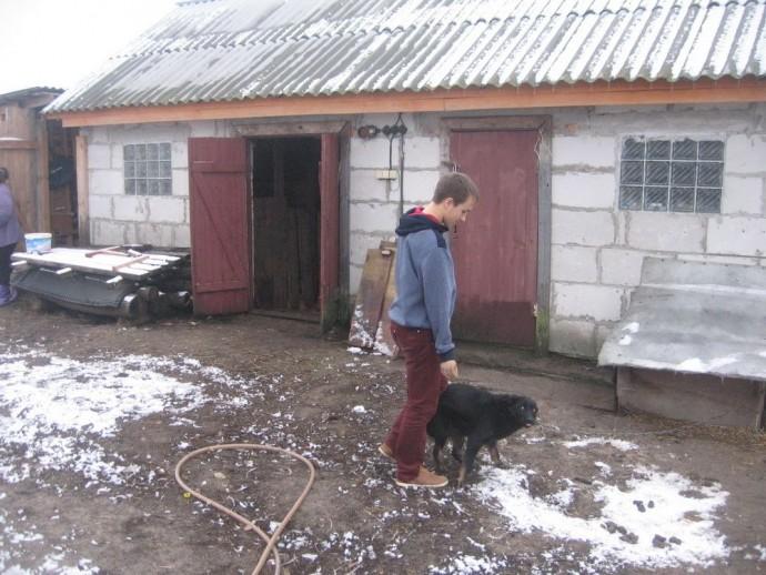 Саша Сидельник во дворе дома.