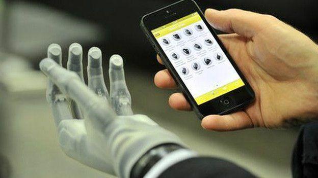Touch Bionics производит протезы конечностей, в частности ладоней, которыми можно управлять с помощью программ на смартфоне