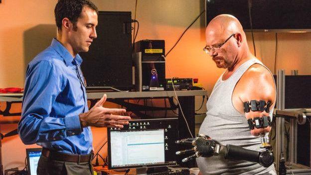 """Джонни Матэн (справа) испытывает свою """"руку"""" в Университете Джона Хопкинса"""