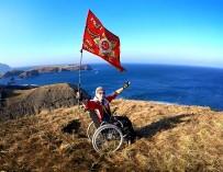 Инвалид-колясочник из Таганрога развернул Знамя Победы под водой и в небе