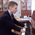 Сила музыки: инвалидность не помешала российскому мальчику стать виртуозным пианистом