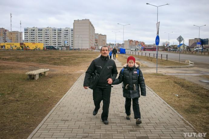 Александр Юранов вместе с сыном идет домой от остановки автобуса.