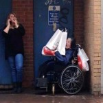 Соцработница придавила инвалида — колясочника пакетами с покупками