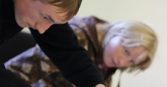 Сереже – 19 лет, он выпускник Ефимовской коррекционной школы-интерната 2011 года. Уже 2 года Сережа участвует в программах фонда РАУЛЬ. Благодаря собственным усилиям и поддержке фонда Сережа поступил и закончил вечернюю школу. Подробнее — на сайте Работа-I