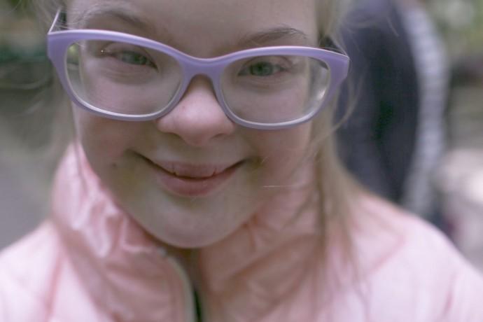 Фото: Анна Иванцова для ТД Аполлинария играет на детской площадке во время прогулки