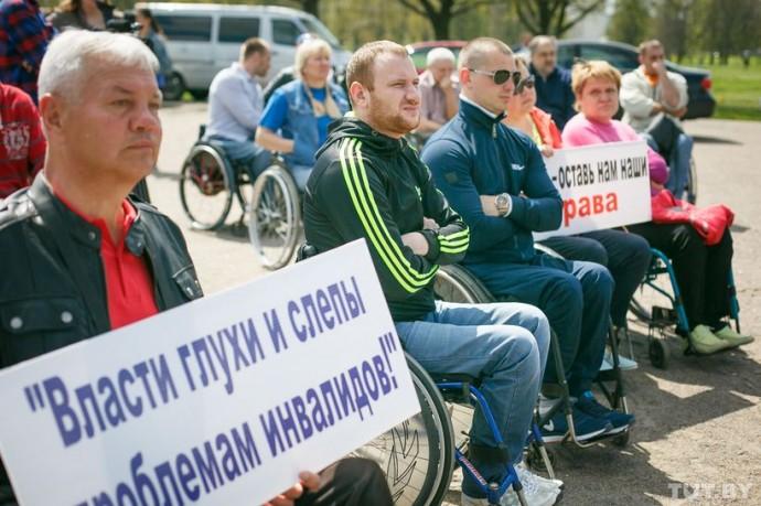 Парень в темной куртке с тремя светлыми полосами — Иван Слинько. Он добрался до митинга, как и четыре десятка людей с похожими проблемами