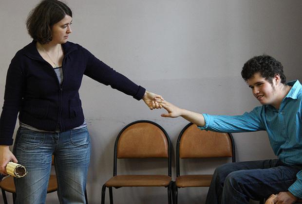 Ученик центра социальной реабилитации со своим педагогом-куратором Фото: Мария Алексеева / РИА Новости