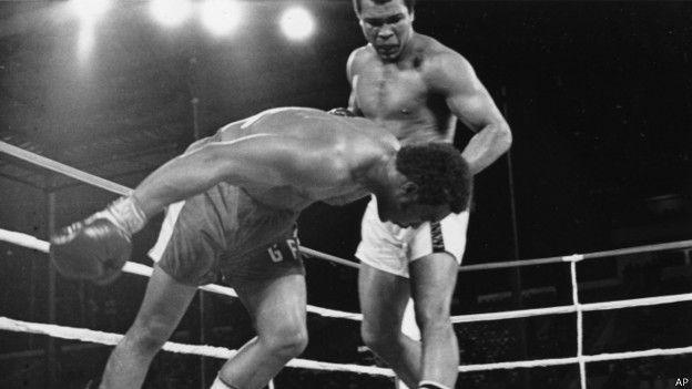 """Этот поединок Мохаммеда Али и Джорджа Формана в Заире вошел в историю бокса как """"Разборка в джунглях"""" (The Rumble in the Jungle)"""
