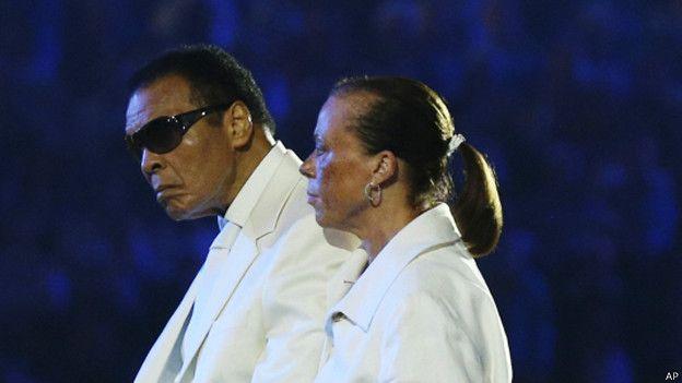 Мохаммед Али с женой Иоландой Уильямс на открытии Олимпийских игр в Лондоне 28 июля 2012 г.