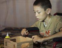 Двенадцатилетний мальчик-инвалид продает дома, чтобы помочь семье