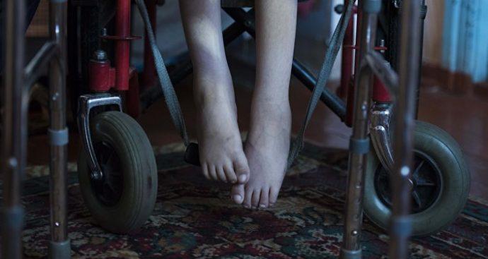© Sputnik / Табылды Кадырбеков. В три года он стал жертвой аварии, после которой у него стал развиваться ювенильный артрит.