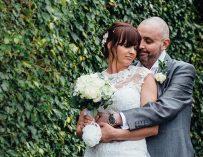 Невеста побрилась налысо во время свадьбы, чтобы поддержать неизлечимо больного жениха