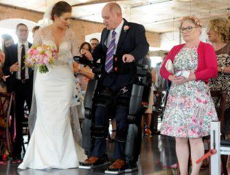 Парализованный отец провел свою дочь к алтарю в бионическом костюме