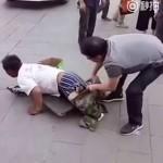 В Китае разоблачили «безногого» попрошайку