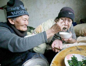 Сила отцовской любви: 95-летний китаец уже 46 лет заботится о своём прикованном к постели сыне