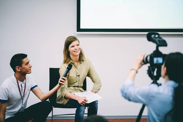 Анастасия Аброскина во время выступления на конференции TED. Фото: tedxpokrovkast.ru