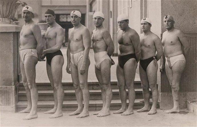(Оливер Халашши – крайний справа, у него отсутствует часть ноги)