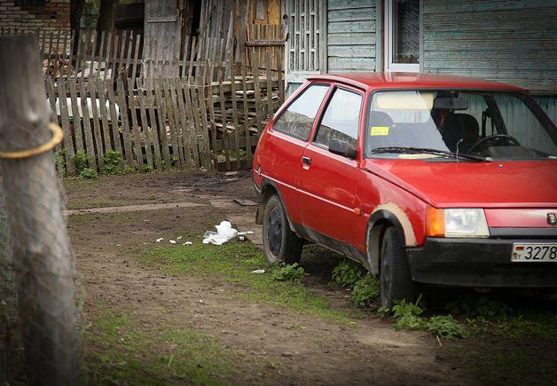 Бинты лежат на месте, где Сергей нашел покусанную питбулем Елену. В тот момент она была еще в сознании. Собака стояла рядом. Фото: Александр КОРОБ