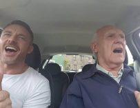 Трогательное видео: сын помогает отцу бороться с болезнью с помощью пения