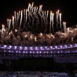 Красочный салют на стадионе «Маракана» в честь закрытия Паралимпийских игр — 2016 в Рио-де-Жанейро