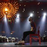 Выступление артистов с ограниченными возможностями здоровья на церемонии закрытия Паралимпийских игр — 2016. Музыкант использует пальцы на ногах, чтобы сыграть композицию на гитаре