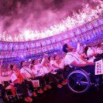 Делегация Японии, страны — хозяйки Паралимпиады-2020, наблюдает за салютом в честь закрытия Игр-2016 в Рио-де-Жанейро