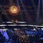 Участники Паралимпиады-2016 наблюдают за выступлениями артистов на фоне все еще горящего огня Игр