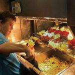 Проработавшую всю жизнь в «Макдоналдсе» женщину с синдромом Дауна проводили на пенсию веселой вечеринкой