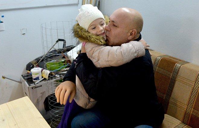 © Sputnik / Виктор Толочко С нефунциональным протезом любимую внучку получается обнять только одной рукой