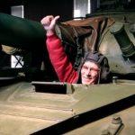 Инвалид-колясочник готовится участвовать в танковом биатлоне