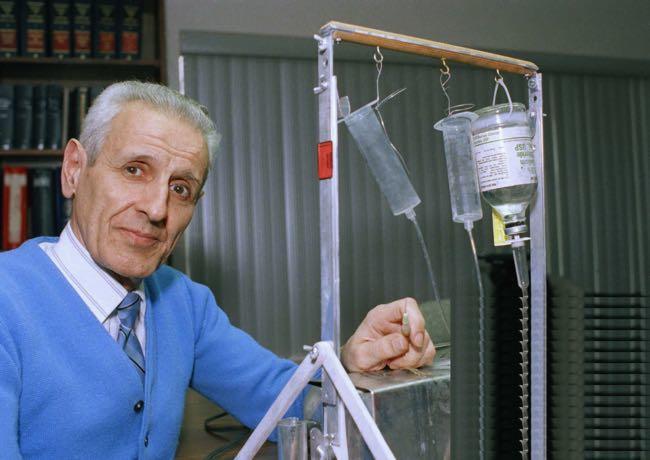 Джек Кеворкян представляет свою «машину самоубийства» — мерситрон, 6 февраля 1991 года Фото: AP / Scanpix / LETA