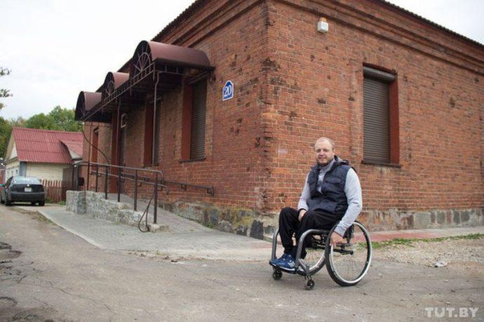 Андрей Праневич возле здания 1900 года постройки, в котором размещается зал для занятий