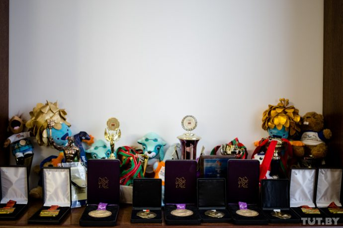 Зал Славы Игоря Бокого в миниатюре. Большая часть наград пловца собрана в родительском доме в Бобруйске.