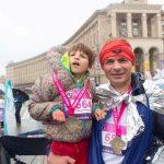 «Лиля подбадривала нас на последних километрах». Как «Крылья ангелов» пробежали марафон в Киеве