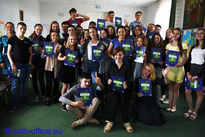 """Юля (в центре) и Лена Стефняк (третья во втором ряду справа) среди выпускников """"SEIYouth: Мой первый бизнес"""""""