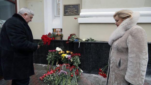 Москвичи уже начали приносить цветы и свечи в память о погибших на борту самолета Ту-154