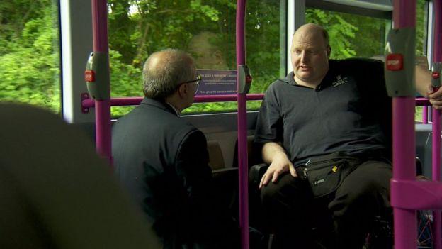 Даг Пулли в автобусе с корреспондентом Би-би-си