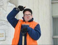 Дворник с диссертацией. Дипломированный специалист с ДЦП четыре года метет улицы в Бобруйске