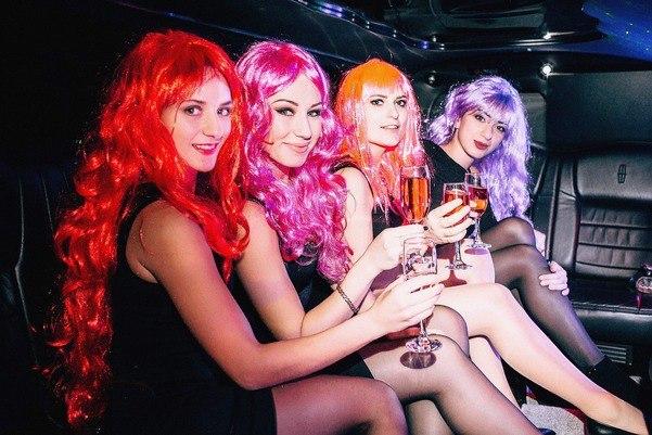 Недавно Дашины подруги устроили для нее девичник. Организовали фотосессию, прогулку на лимузине и отправились зажигать в клуб… в красных париках. Поскольку красные парики в помещении не запрещены этикетом. Фото из личного архива