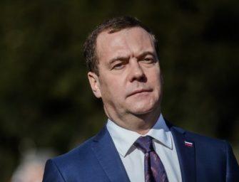 Медведев призвал штрафовать за отказ обслуживать пенсионеров