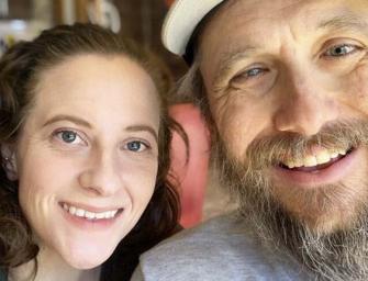 Слепой и женщина, имеющая проблемы с ногами, объединились, чтобы вместе ходить в походы