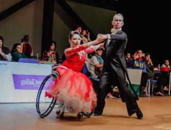 Чемпионка мира по бальным танцам на колясках из Москвы Анастасия Василенко создала школу танца, где обучает людей с ограниченными возможностями здоровья