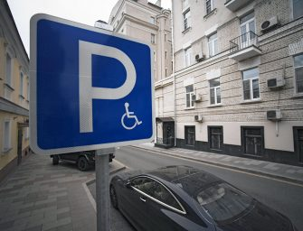 Столичным автомобилистам с инвалидностью больше не нужно оформлять парковочное разрешение