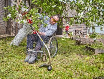 Семья Настоящих: Инвалид-колясочник из Острова ухаживает за родителями, сажает огород и ездит на «Мерседесе»